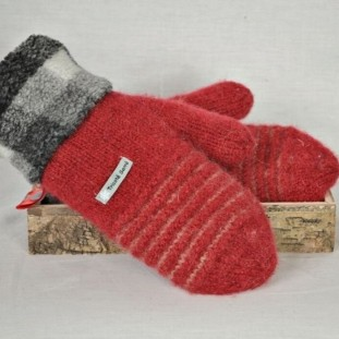 Red and pale grey wool mittens with berbere
